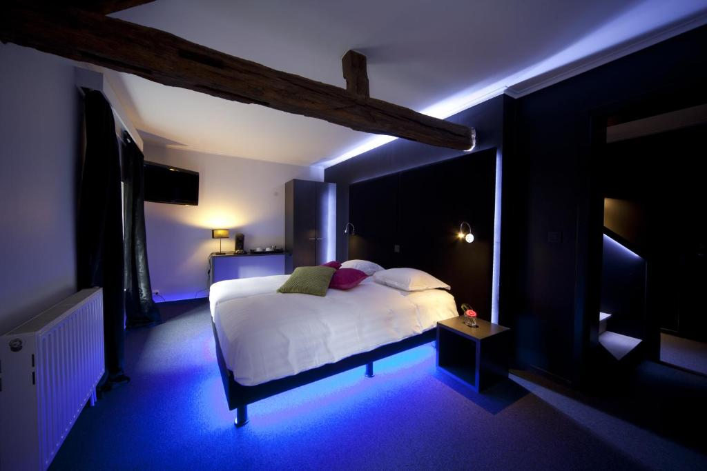 A bed or beds in a room at Hotel Le Vieux Pont