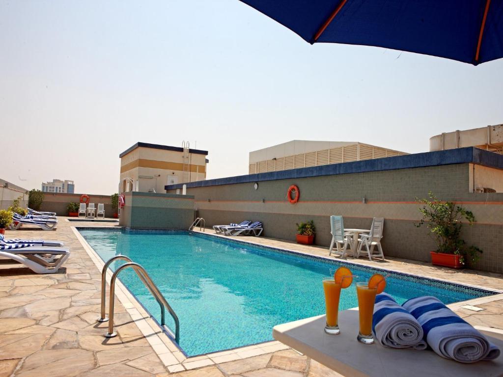 المسبح في روز جاردن للشقق الفندقية - البرشاء  أو بالجوار