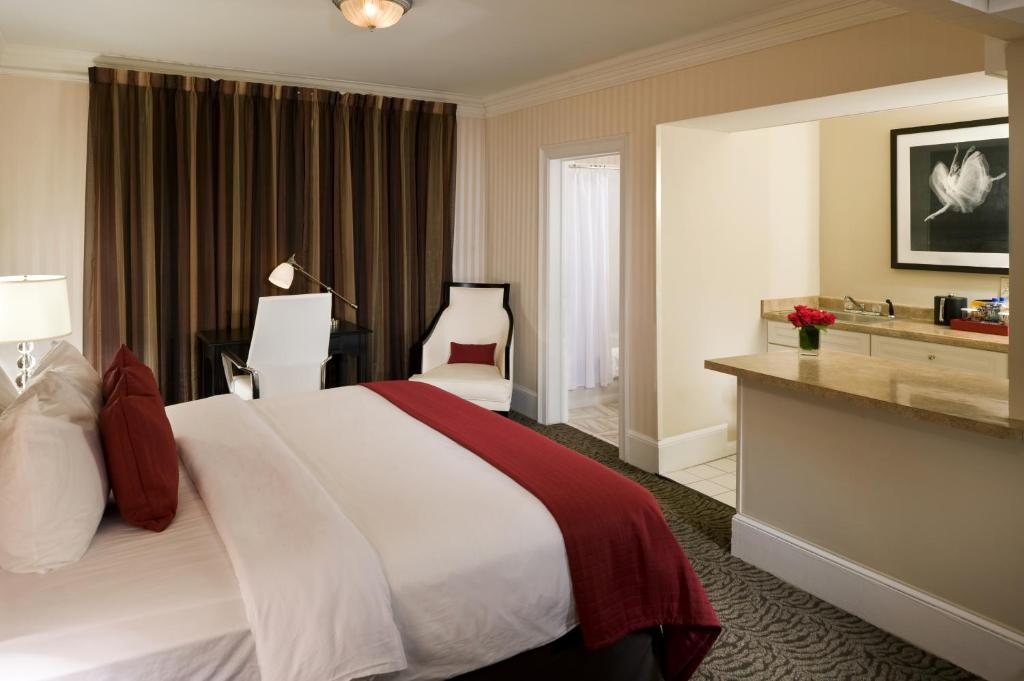 A bed or beds in a room at Artmore Hotel