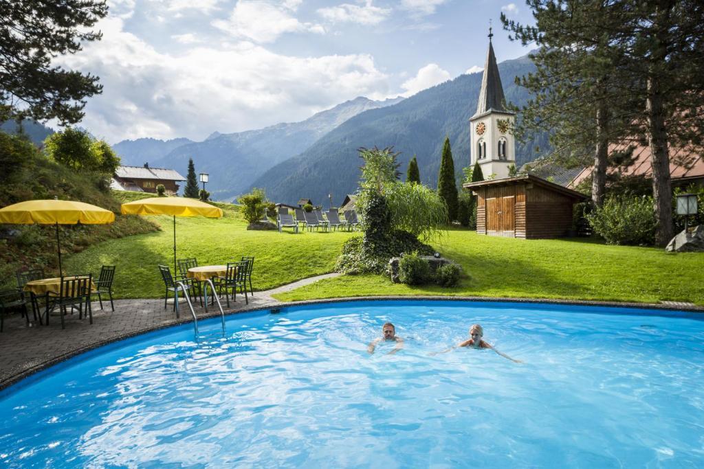 Der Swimmingpool an oder in der Nähe von Posthotel Rössle
