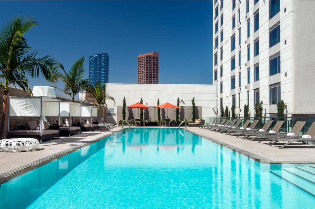 The swimming pool at or close to Courtyard by Marriott Los Angeles L.A. LIVE