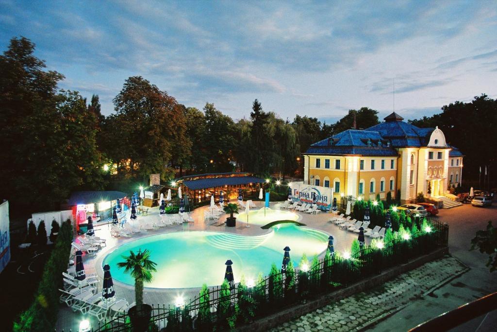 Изглед към басейн в Хотел Анна-Кристина или наблизо