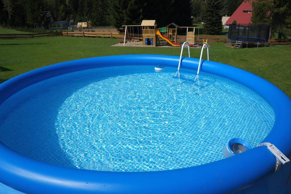 Bazén v ubytování Roubenka Deštné nebo v jeho okolí