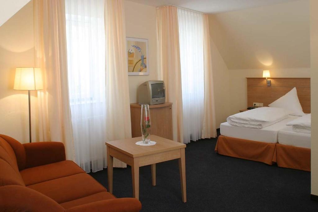 Ein Bett oder Betten in einem Zimmer der Unterkunft Gästehaus Zum Lamm