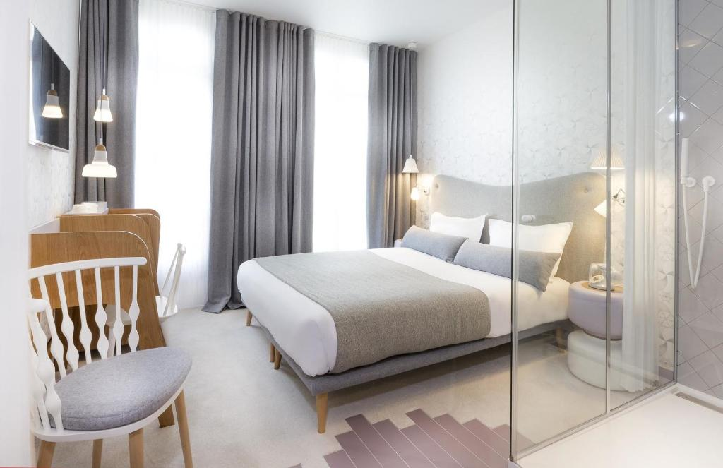A bed or beds in a room at Hotel le Lapin Blanc