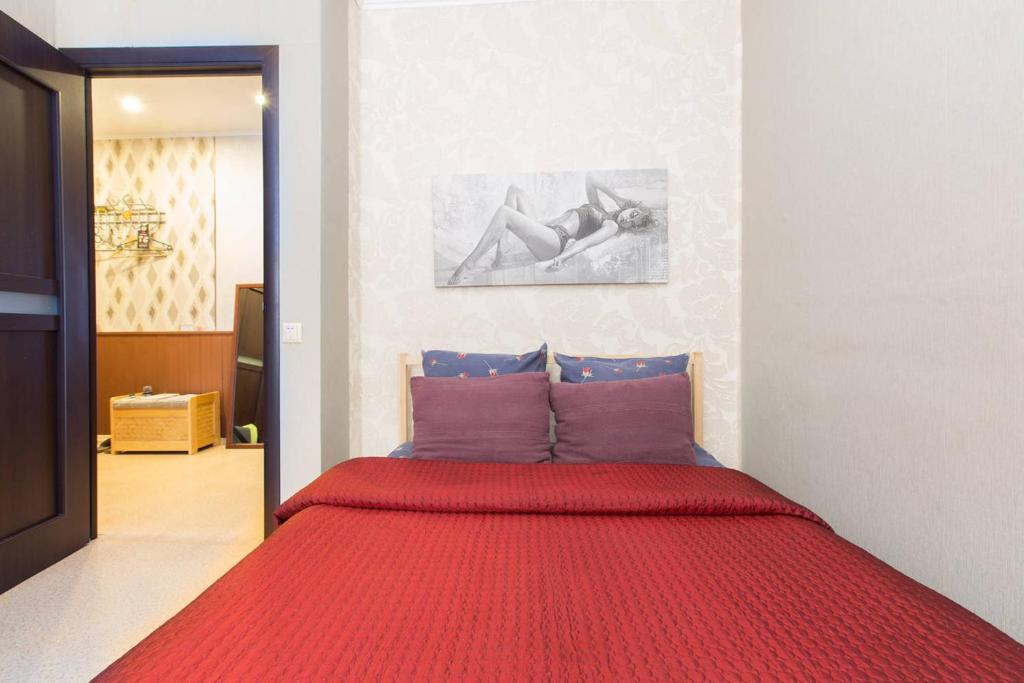 A bed or beds in a room at Likhachevskoye Sheremetyevo Apartment