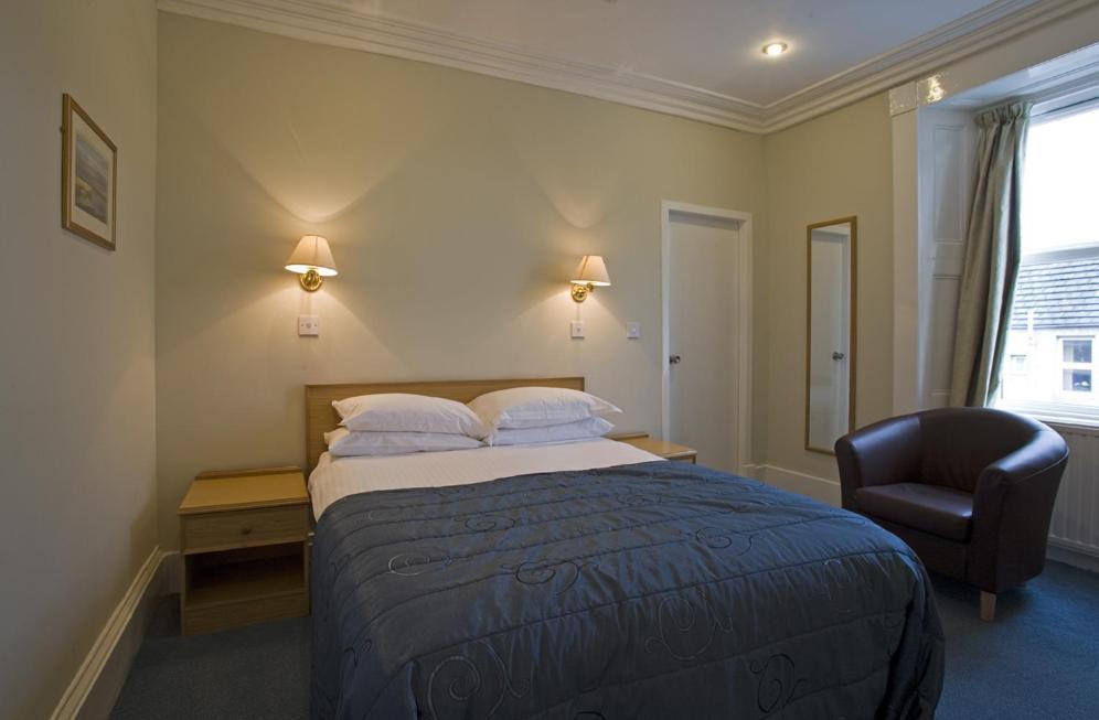 سرير أو أسرّة في غرفة في St Clair Hotel