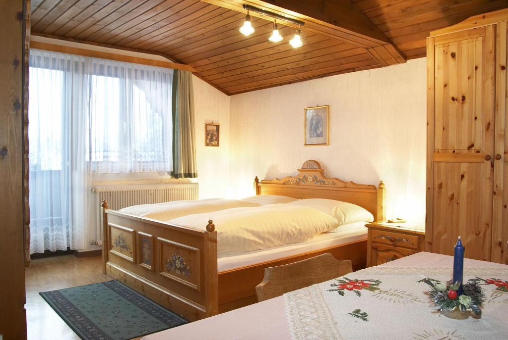Ein Bett oder Betten in einem Zimmer der Unterkunft Gasthof Pension St. Wolfgang