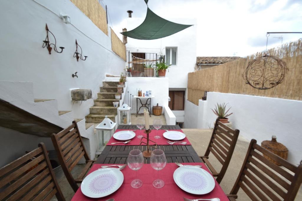 A restaurant or other place to eat at Can Bernnassar