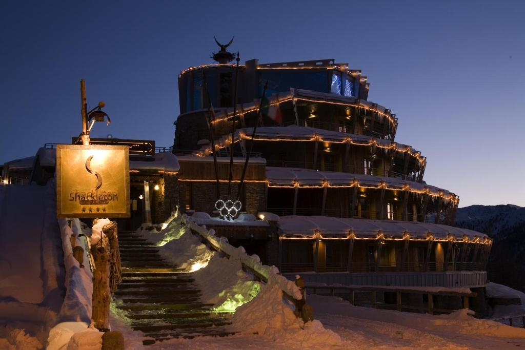Hotel Shackleton Mountain Resort during the winter