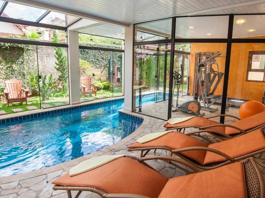 A piscina localizada em Pousada Aguia Dourada ou nos arredores