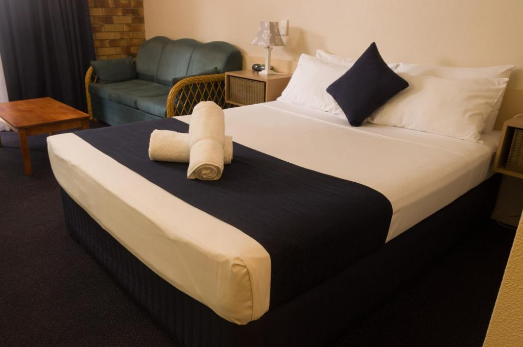 A bed or beds in a room at Lancaster Court Motel