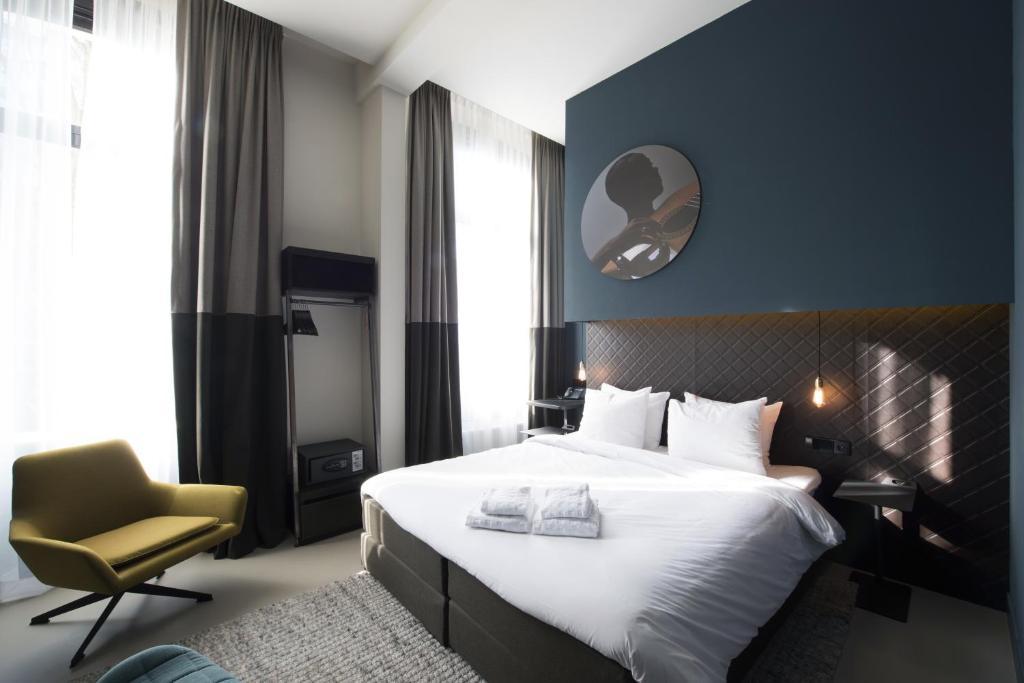 Ein Bett oder Betten in einem Zimmer der Unterkunft PH Hotel Oosteinde