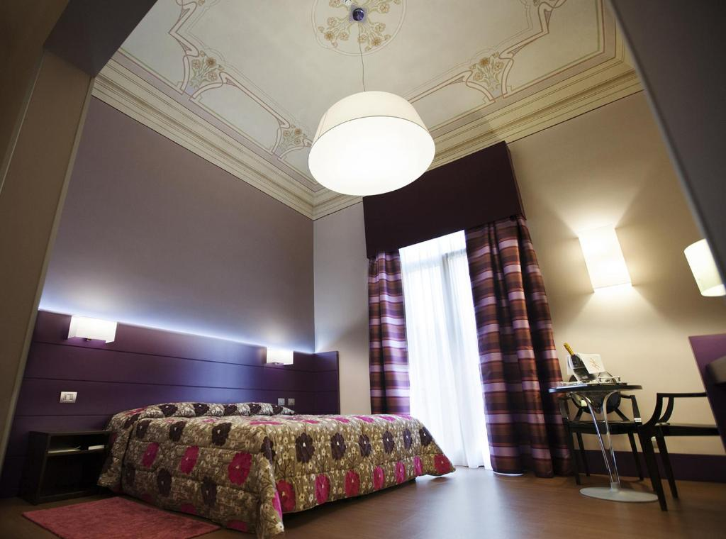 A bed or beds in a room at Hotel Vittoria