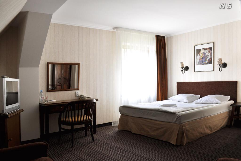 A bed or beds in a room at Paraiso Hotel