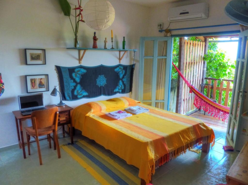 A bed or beds in a room at Cama e Café Olinda