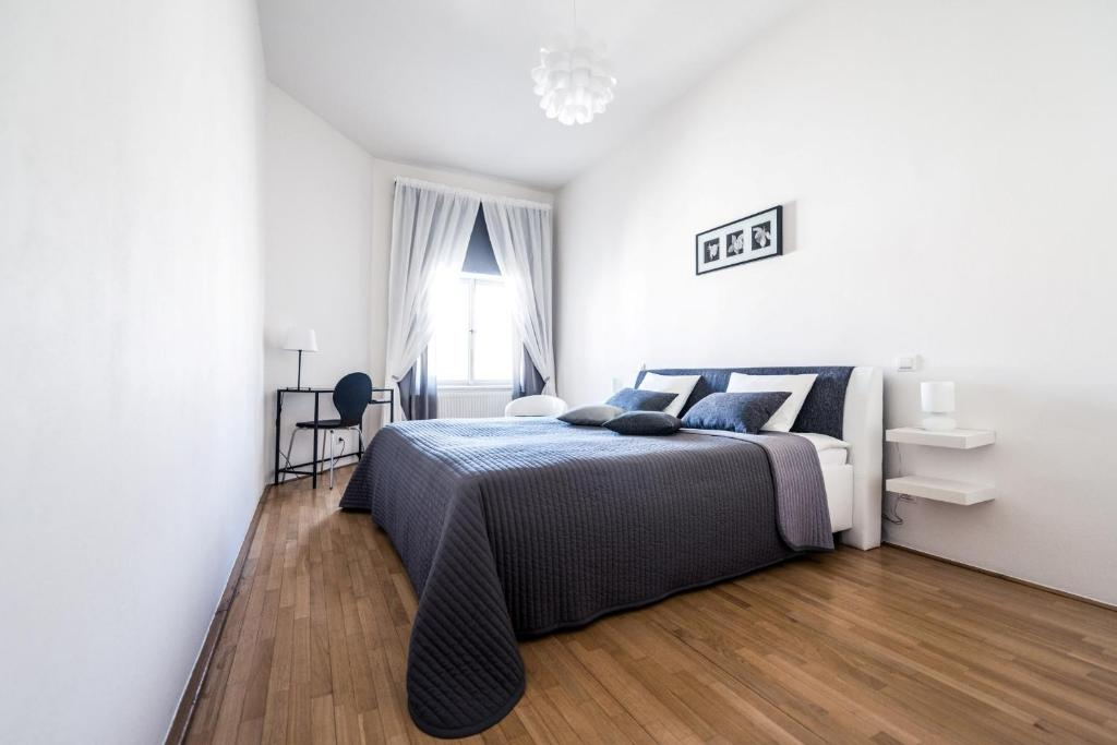 A bed or beds in a room at Modern Apartment Riegrovy sady