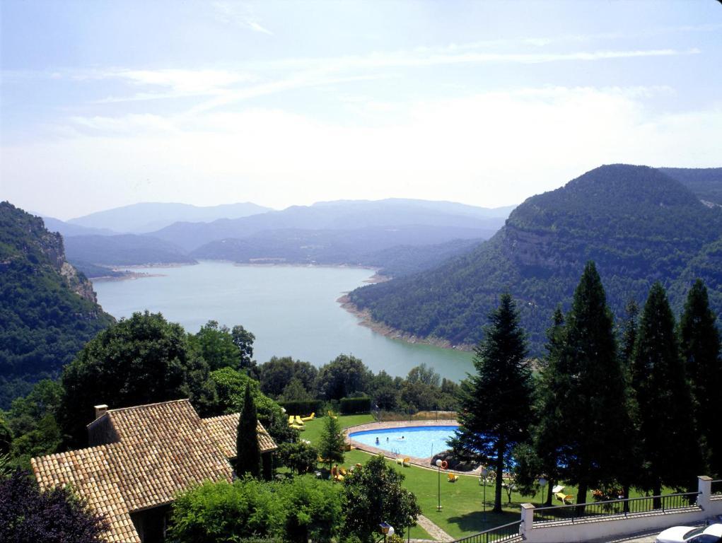 Uitzicht op het zwembad bij Parador de Vic-Sau of in de buurt
