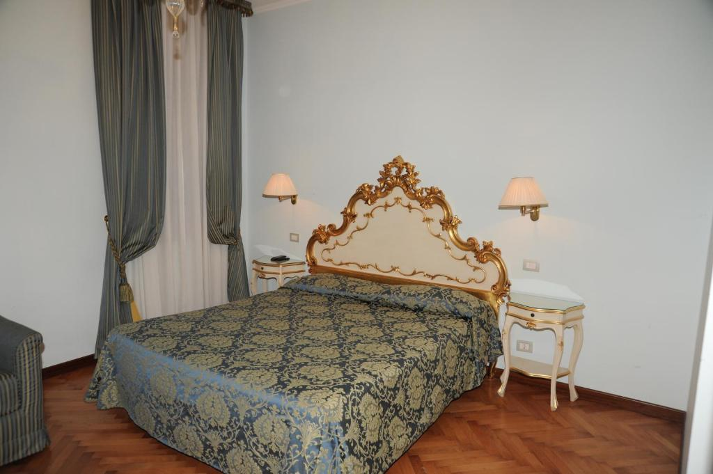 Cama ou camas em um quarto em Alloggi Santa Sofia