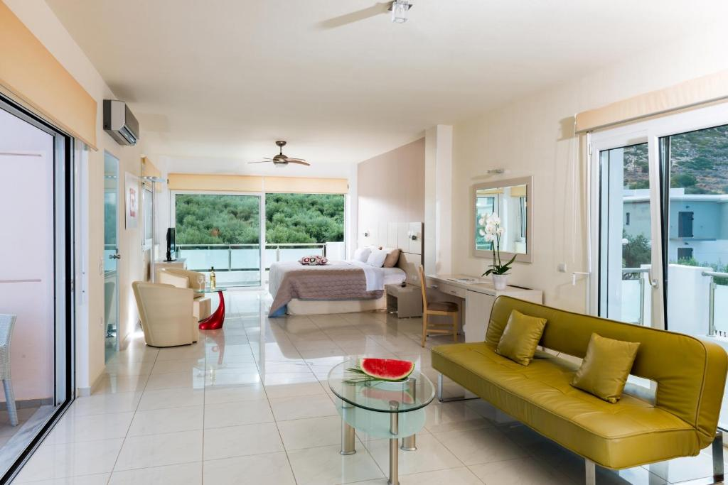 A seating area at Hotel Matheo Villas & Suites