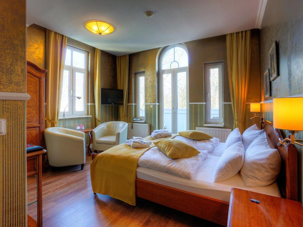 A bed or beds in a room at Kurpark Hotel