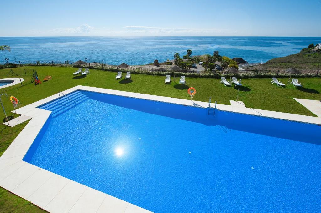Uitzicht op het zwembad bij Olée Nerja Holiday Rentals by Fuerte Group of in de buurt