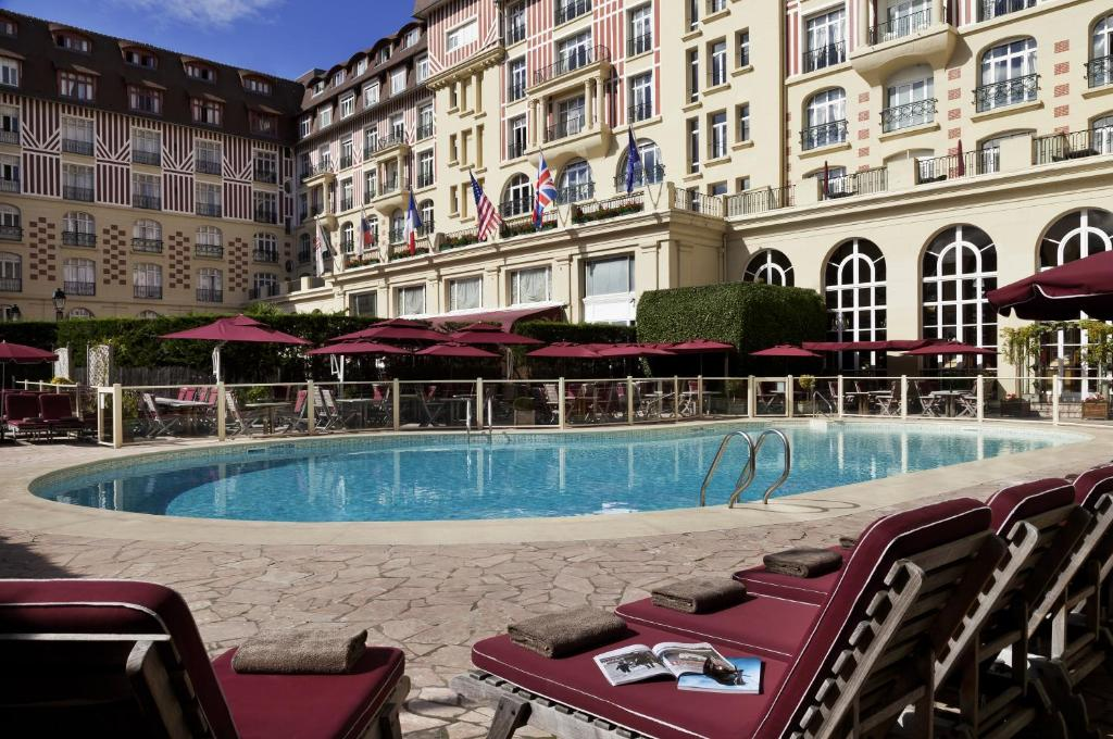 The swimming pool at or close to Hôtel Barrière Le Royal Deauville