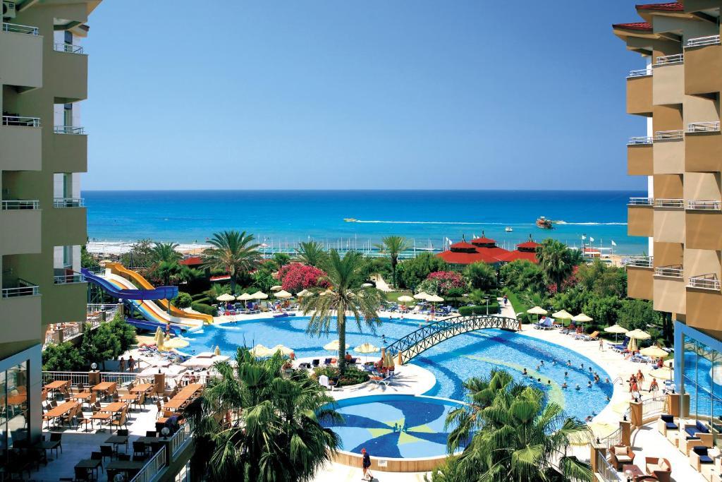 En udsigt til poolen hos Hotel Terrace Beach Resort All Inclusive eller i nærheden