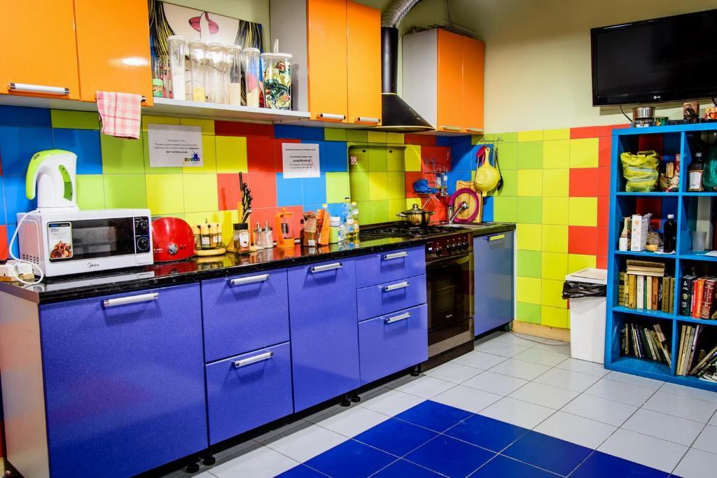Кухня или мини-кухня в Rainbow Hostel