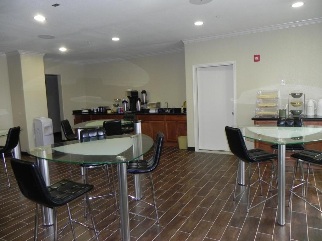 A restaurant or other place to eat at Yorktown Inn and Suites