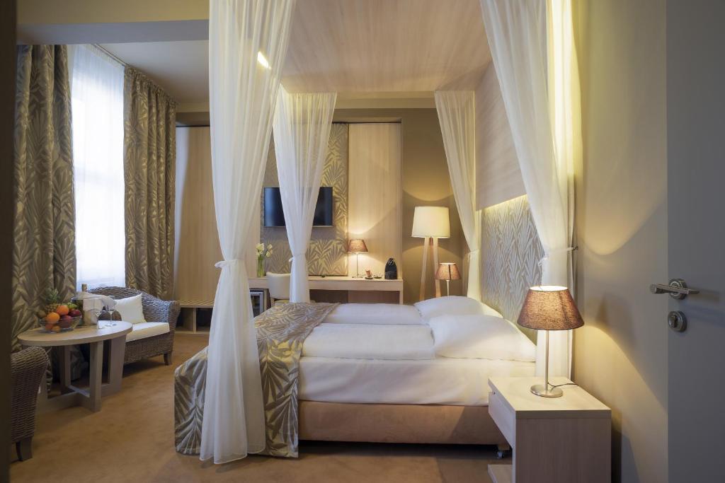 Een bed of bedden in een kamer bij Hotel Kampa Garden