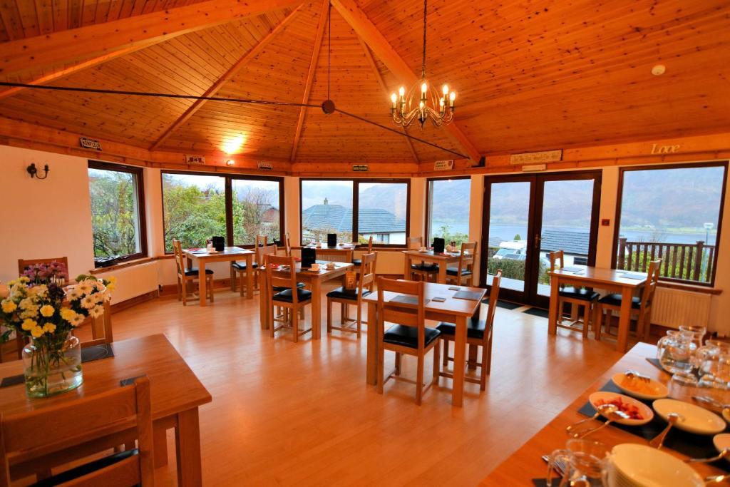 Um restaurante ou outro lugar para comer em Lochview House