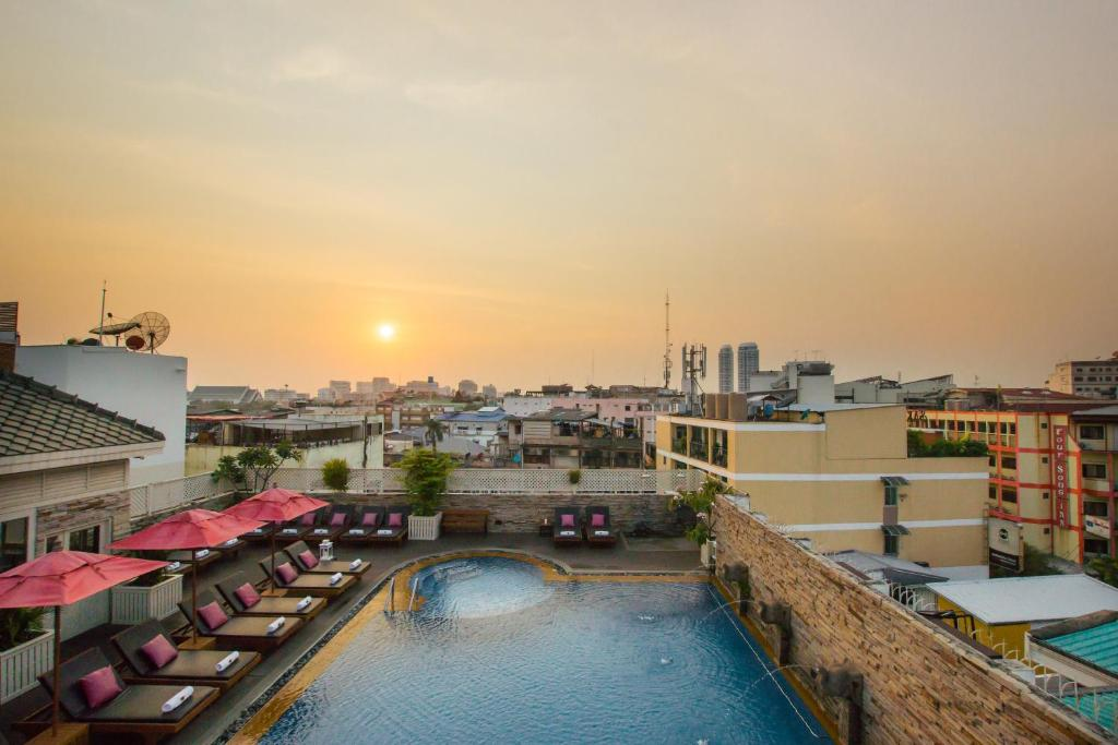 A view of the pool at Buddy Lodge, Khaosan Road or nearby