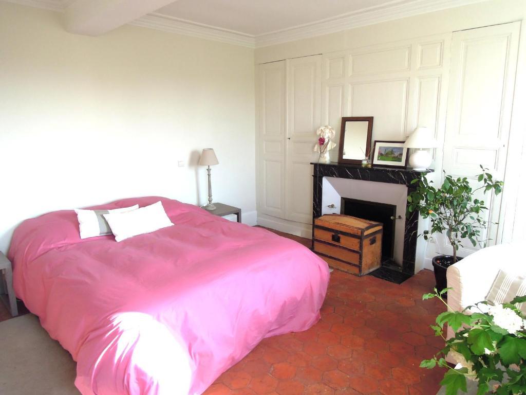 A bed or beds in a room at Clos Florésine B&B