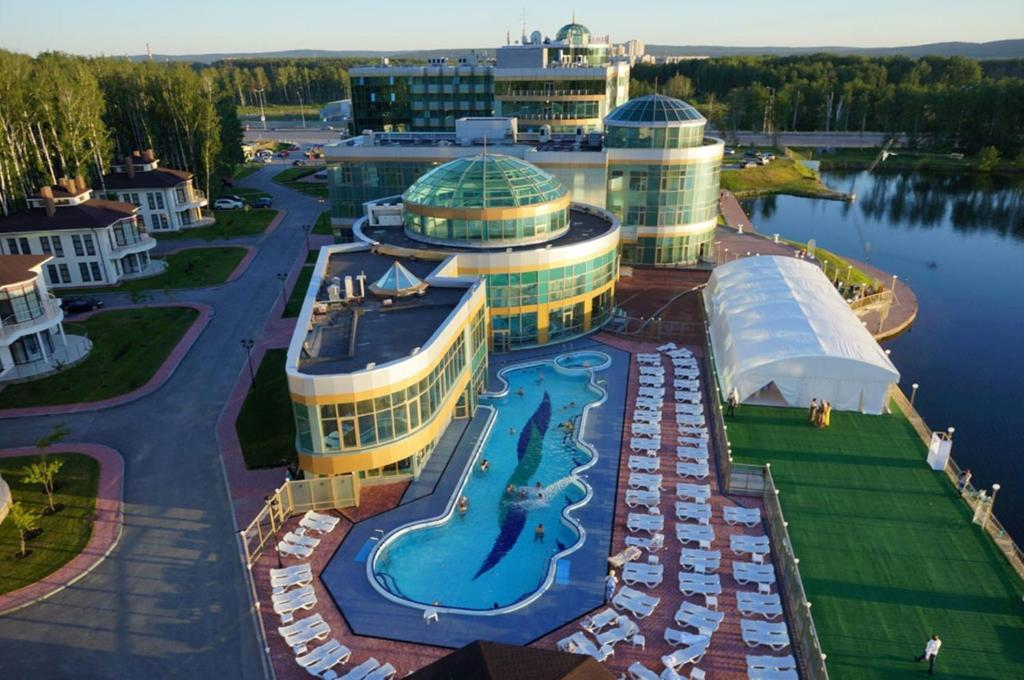 Вид на бассейн в Ramada By Wyndham Yekaterinburg Hotel & Spa или окрестностях
