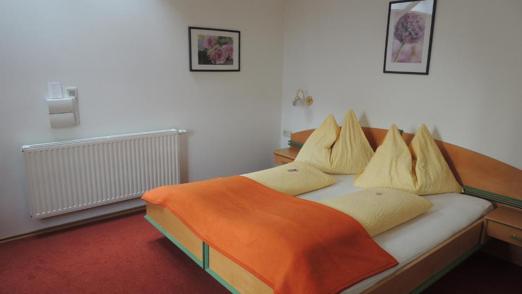 A bed or beds in a room at Frühstückspension Barbara