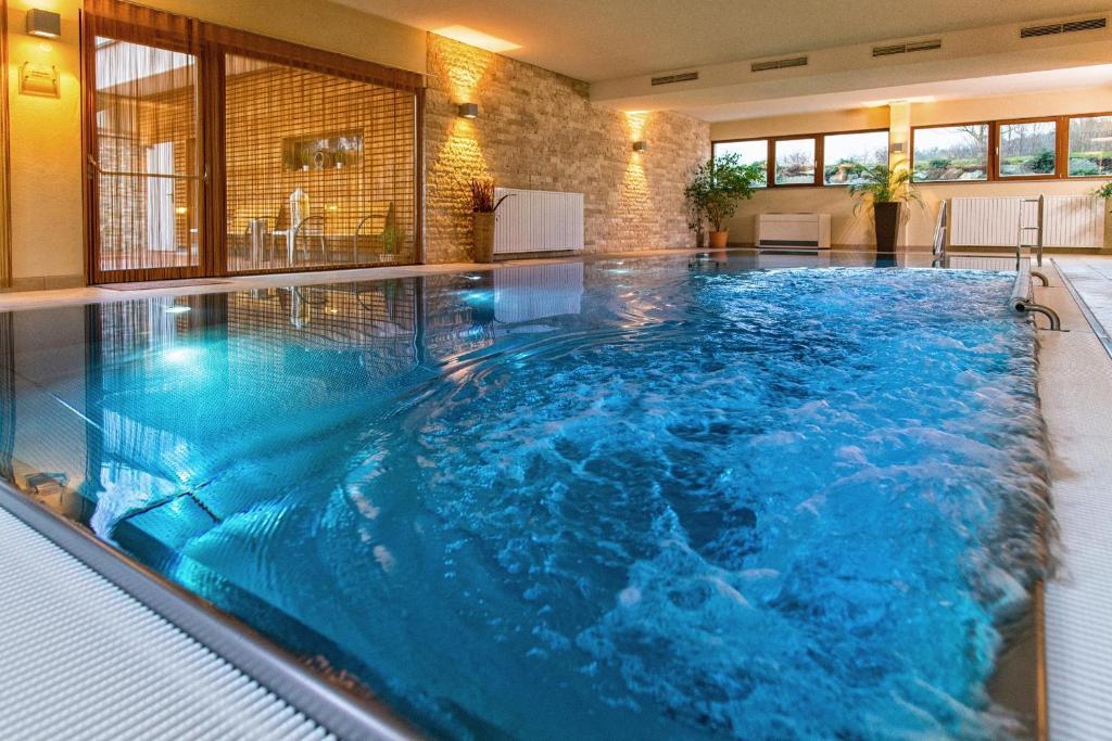 Der Swimmingpool an oder in der Nähe von Simon - das Vitalhotel