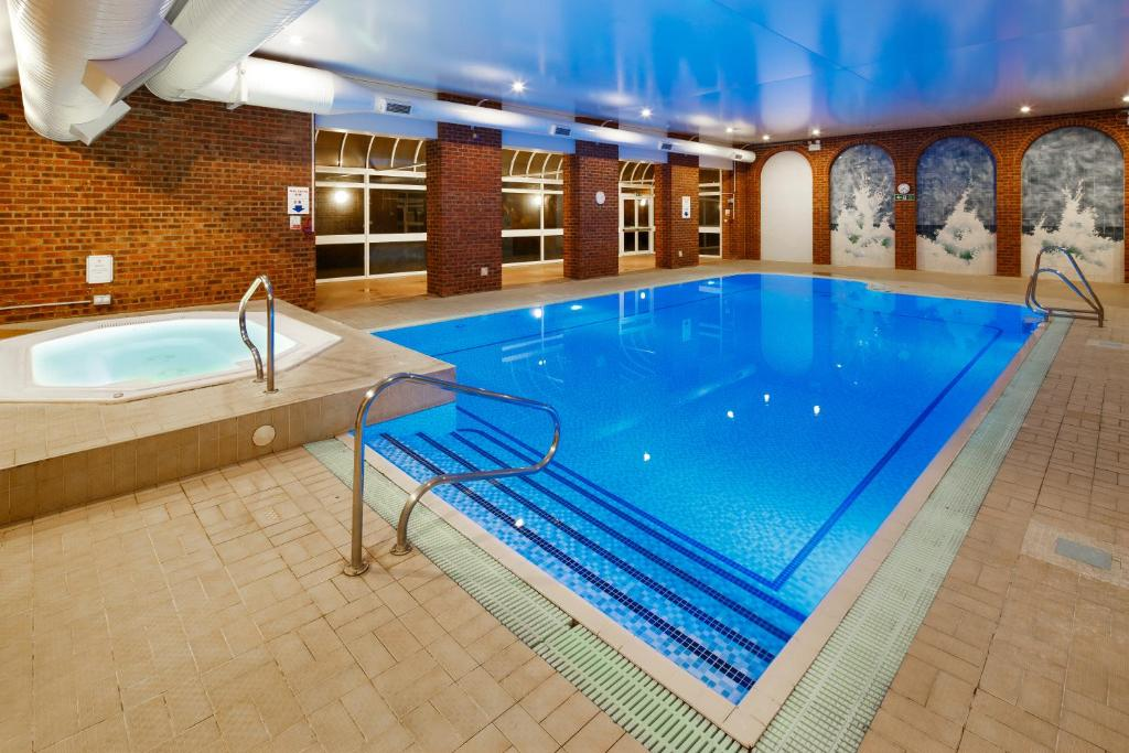 The swimming pool at or near Mercure London Watford Hotel