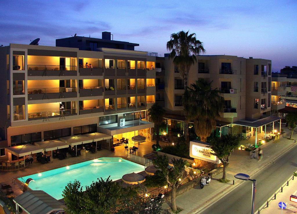 Uitzicht op het zwembad bij Saint Constantine Hotel of in de buurt