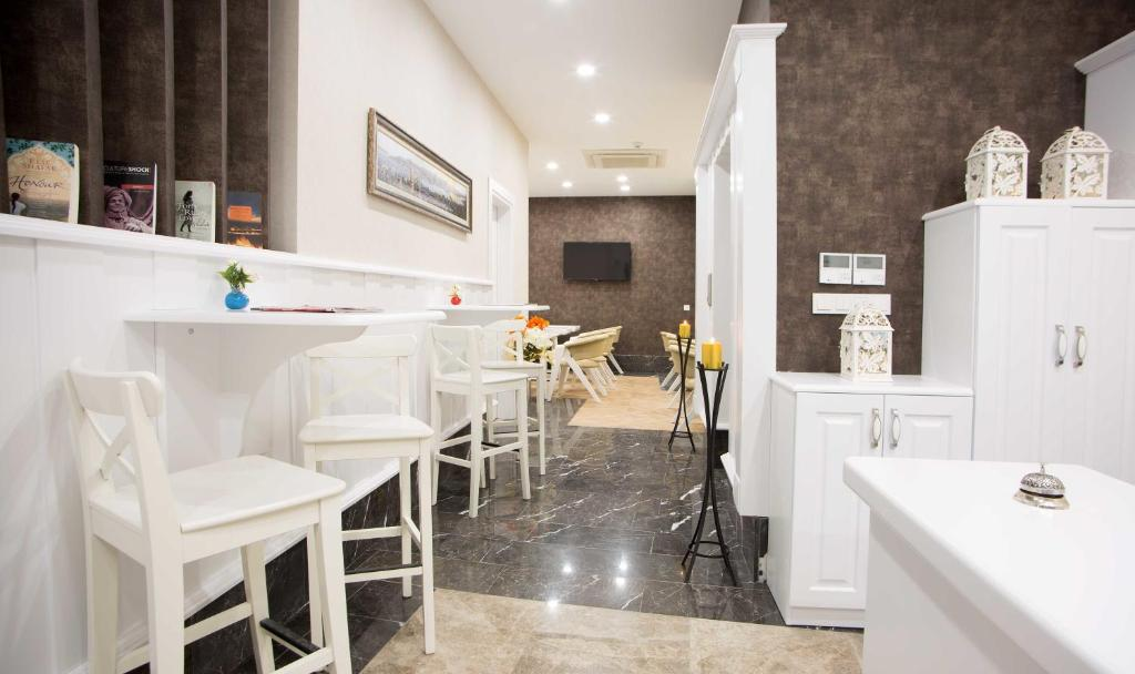 A restaurant or other place to eat at Astan Hotel Taksim