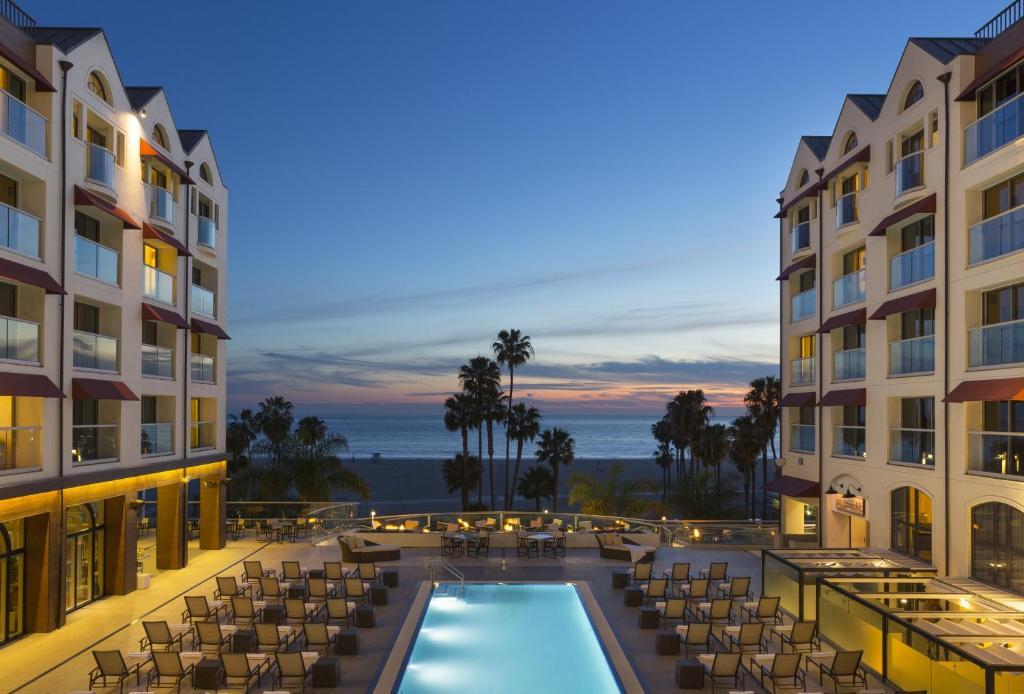 Ein Blick auf den Pool von der Unterkunft Loews Santa Monica Beach Hotel oder aus der Nähe