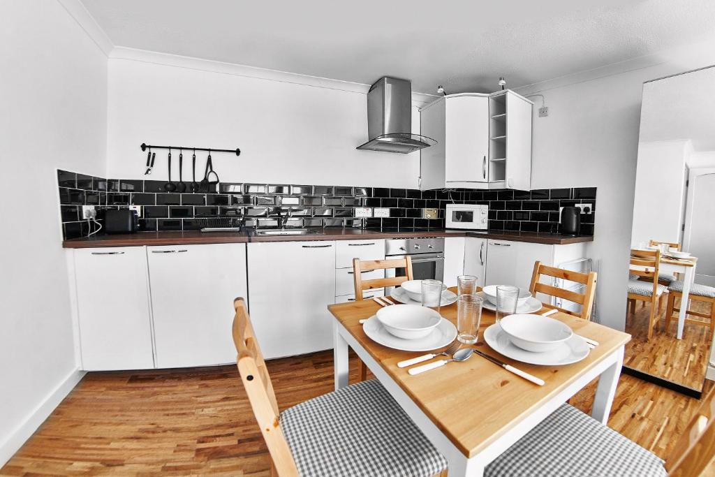A kitchen or kitchenette at Thistle Apartments - Rose Apartment