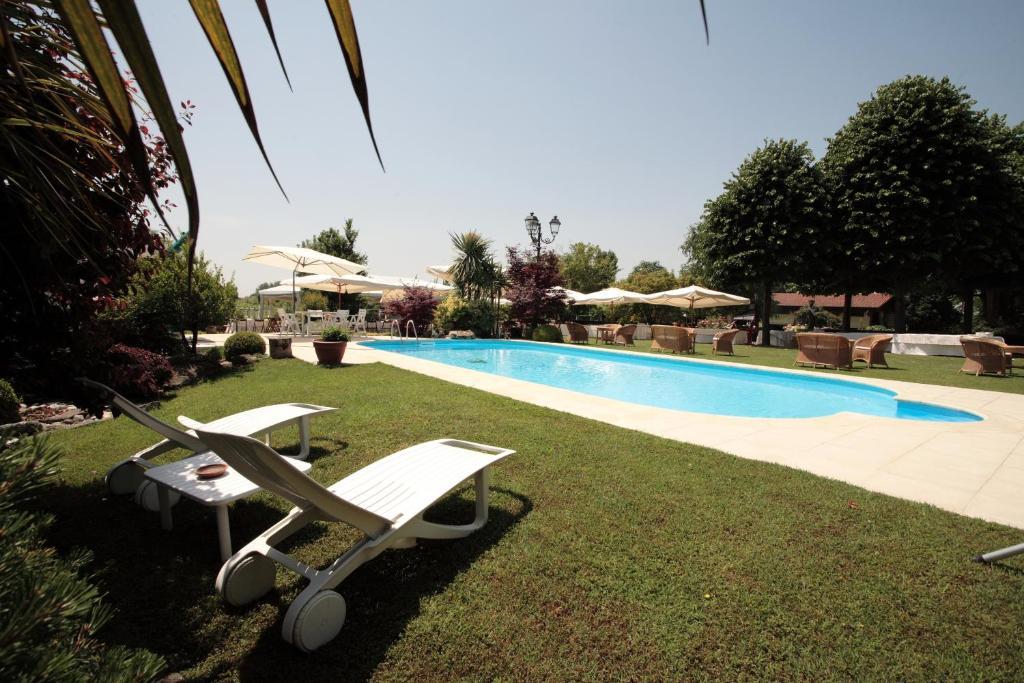 The swimming pool at or near Villa Casa Country