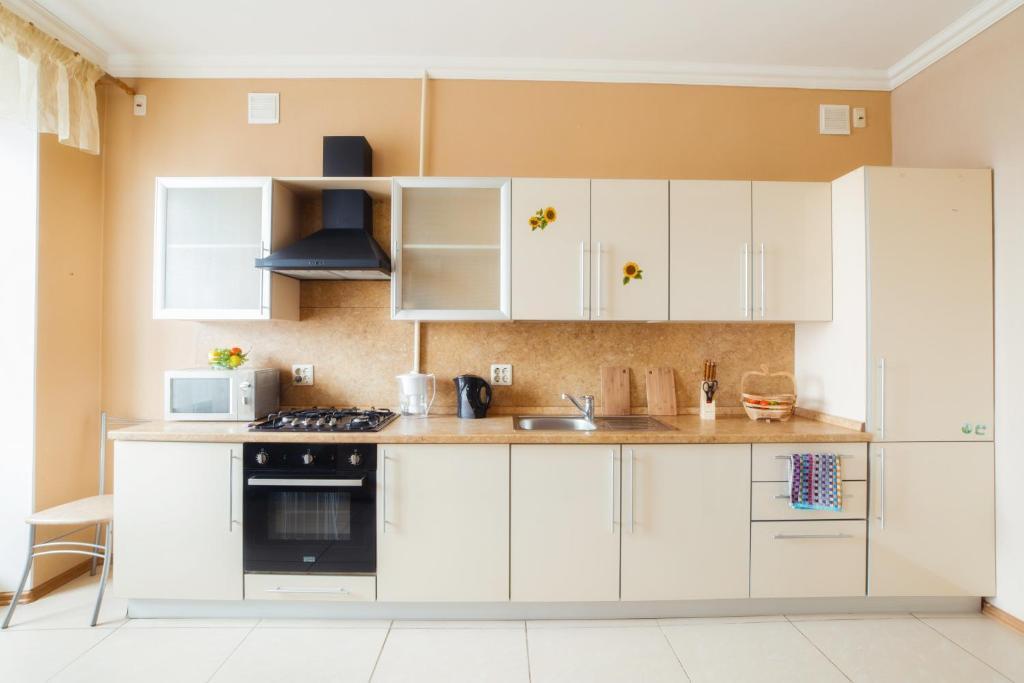 Кухня или мини-кухня в Пять Звёзд с двумя спальнями