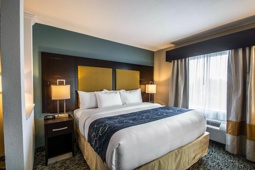 A bed or beds in a room at Comfort Suites Fort Lauderdale Airport South & Cruise Port