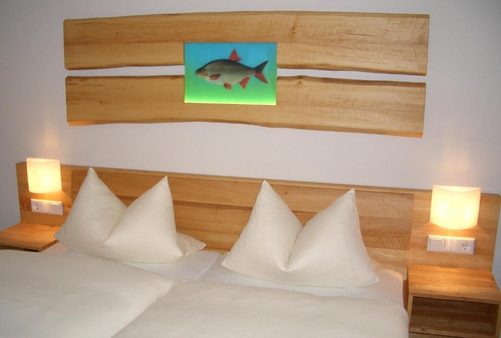 Ein Bett oder Betten in einem Zimmer der Unterkunft Karpfenhotel im Gasthaus Sindel-Buckel