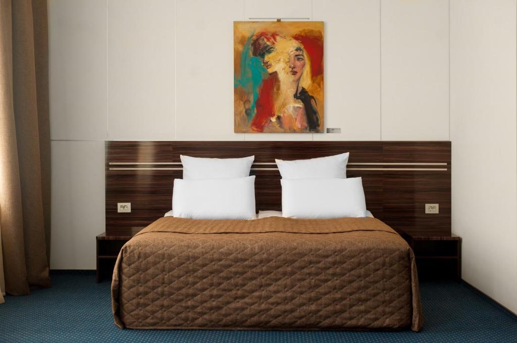 Кровать или кровати в номере Аrt-Volzhskiy