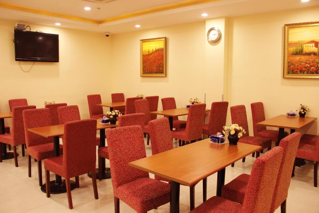A restaurant or other place to eat at Hanting Express Nanchang Middle Hongdu Avenue