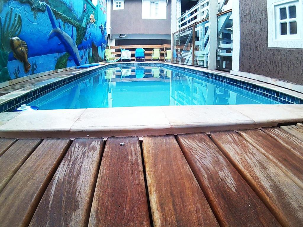 A piscina localizada em Pousada Caravela ou nos arredores