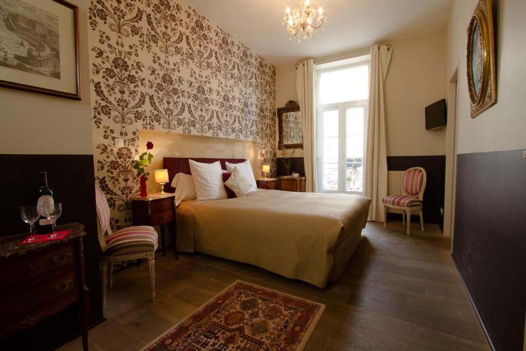 A bed or beds in a room at Au Coeur de Bordeaux - B&B et Cave à vin